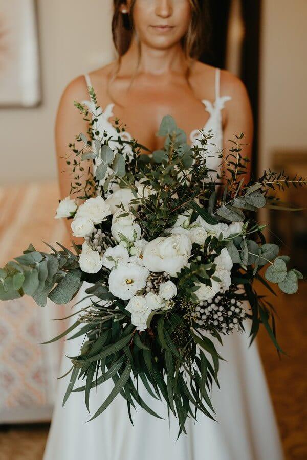 Ασυμμετρη νυφικη ανθοδεσμη με λευκα λουλουδια
