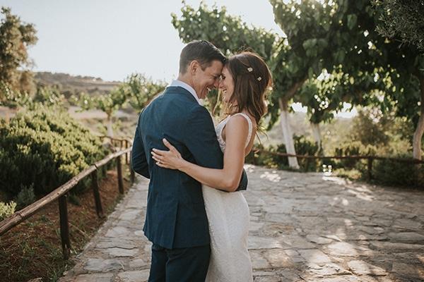 Ρομαντικος γαμος στο Ρεθυμνο σε πρασινες αποχρωσεις