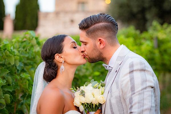 Ρομαντικος γαμος στην Κρητη με λευκα τριανταφυλλα