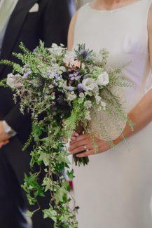 Ιδιαιτερη νυφικη ανθοδεσμη με ποικιλα λουλουδια