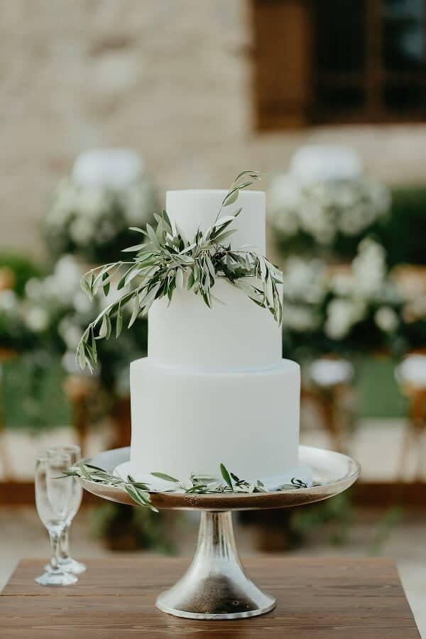 Ολόλευκη τούρτα γάμου με φύλλα ελιάς