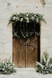 Πανεμορφος στολισμος εκκλησιας με γιρλαντα λουλουδιων