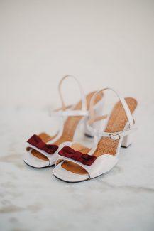 Νυφικά παπούτσια με κόκκινη λεπτομέρεια