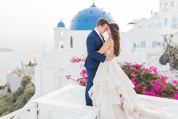 Ονειρικος γαμος στη Σαντορινη με ελια και χρυσες λεπτομερειες