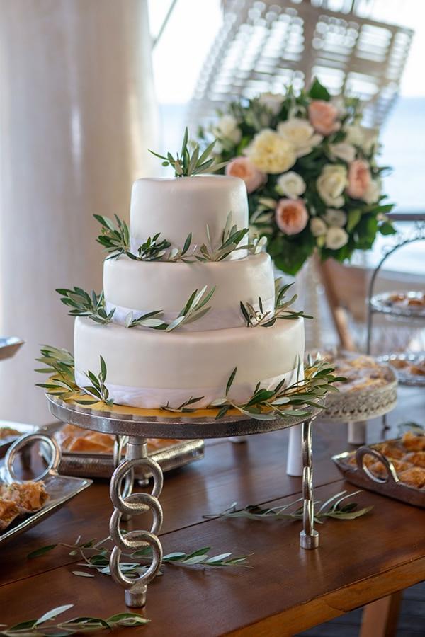 Λευκή τούρτα με φύλλα ελιάς