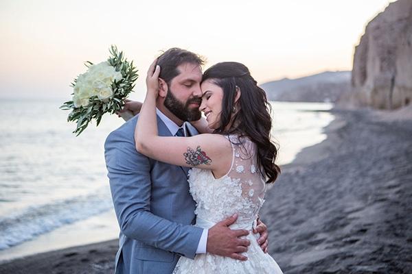 Ονειρικός καλοκαιρινός γάμος στην Σαντορίνη σε peach και λευκές αποχρώσεις