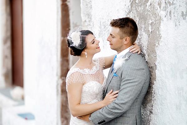 Υπεροχος γαμος στη Σαντορινη σε λευκες και χρυσες αποχρωσεις