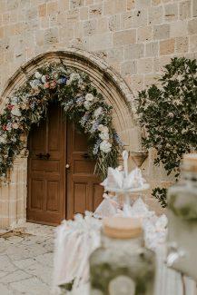 Στολισμος εκκλησιας με γιρλαντα λουλουδιων