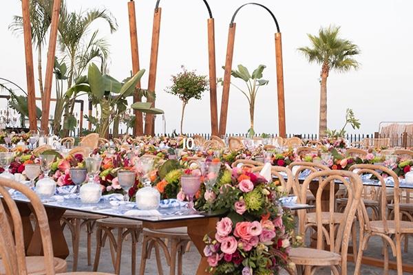 Ιδεες διακοσμησης rustic γαμου με λουλουδια σε ζωηρα χρωματα