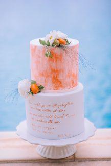 Ιδιαίτερη τούρτα γάμου με πορτοκαλί λεπτομέρειες