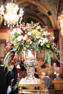 Στολισμος εκκλησιας με μπουκετα λουλουδιων