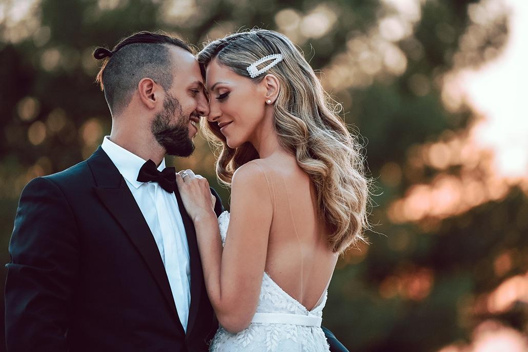 Εlegant καλοκαιρινός γάμος στην Αθήνα με κρεμαστά λουλούδια και κρυστάλλινους πολυελαίους | Iωάννα & Θάνος