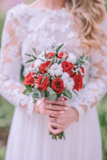 Πανεμορφη νυφικη ανθοδεσμη με κοκκινα τριανταφυλλα