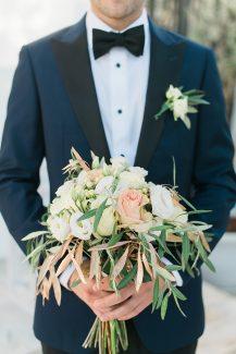 Ρομαντική νυφική ανθοδέσμη με τριαντάφυλλα και φύλλα ελιάς
