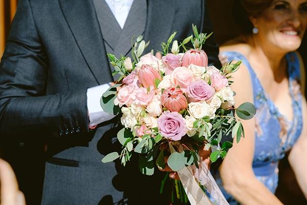 Ρομαντική νυφική ανθοδέσμη με πρωτέα σε απαλό κοραλί χρώμα