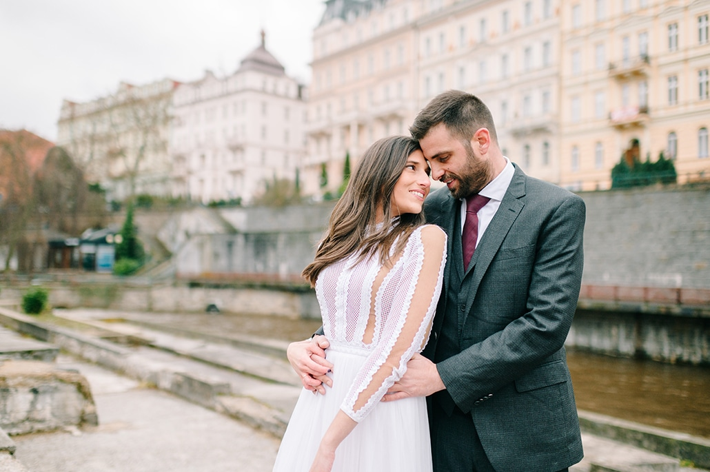 Χριστουγεννιάτικος γάμος στην Αθήνα με μπορντώ αποχρώσεις | Ίριδα & Αλέξανδρος