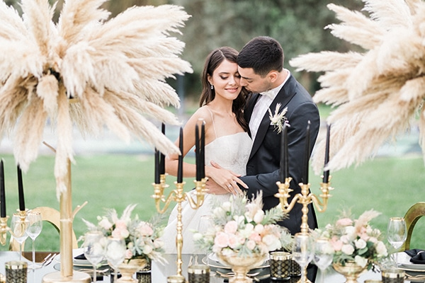 Elegant chic φωτογράφηση με pampas grass και λεπτομέρειες σε μαύρο – χρυσό χρώμα