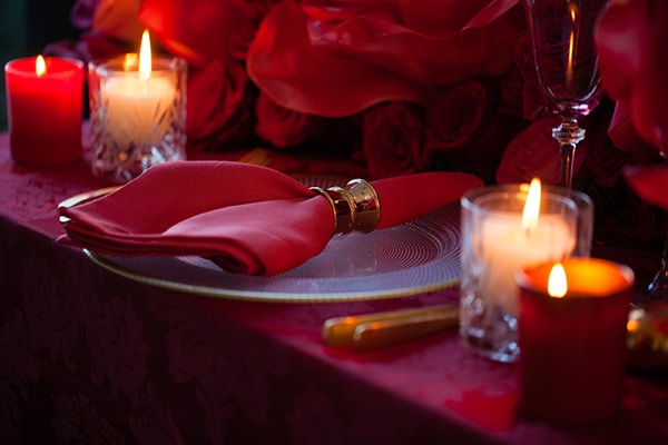 luxurious-elegant-christmas-styled-shoot-burgundy-hues_12x