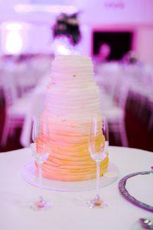 Τούρτα γάμου σε έντονα χρώματα