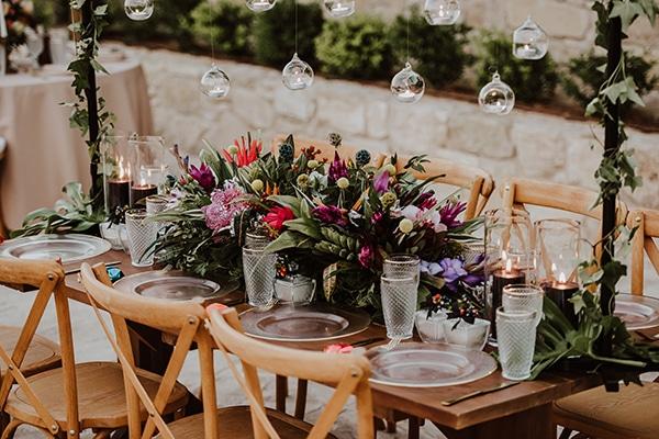 Πανεμορφες ιδεες διακοσμησης καλοκαιρινου γαμου με πλουσιο ανθοστολισμο και ρομαντικη ατμοσφαιρα