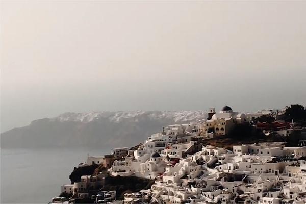 Όμορφο βίντεο γάμου στην Σαντορίνη με λευκές και παστέλ ροζ τόνους | Aida & Oleg
