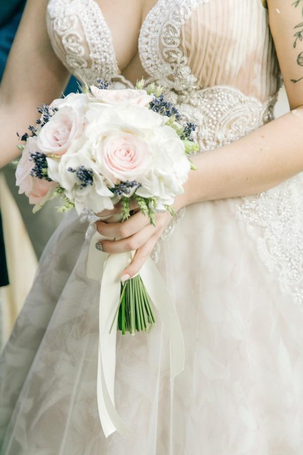 Ρομαντική νυφική ανθοδέσμη με τριαντάφυλλα σε παστελ αποχρώσεις