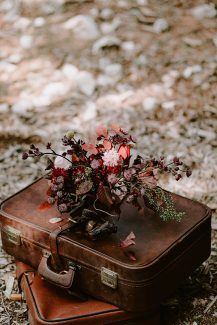 Νυφική ανθοδέσμη σε κόκκινες αποχρώσεις και φύλλα μανόλιας