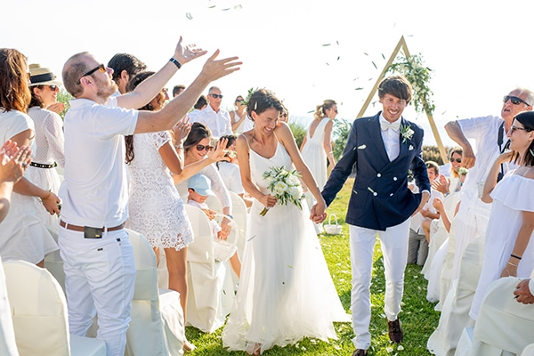 Όμορφος γάμος στην Αθήνα με λευκά λουλούδια και ελιά