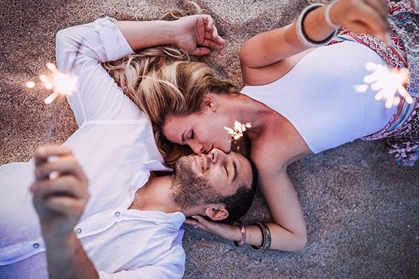 romantic-engagement-shoot-beach_02x