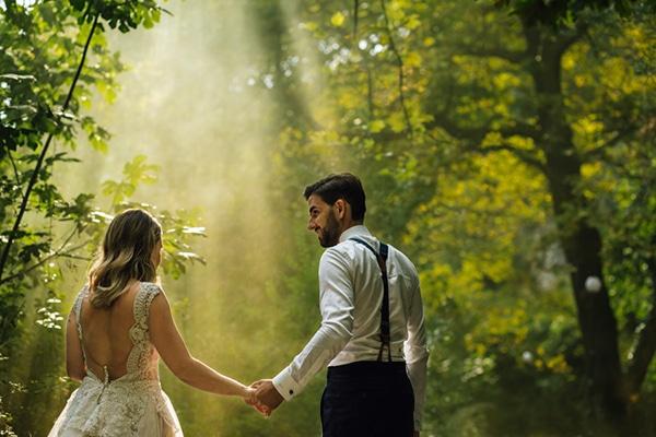 Ρομαντικός γάμος με λουλούδια σε παλ αποχρώσεις και ξύλινες λεπτομέρειες | Εβελίνα & Τάσος