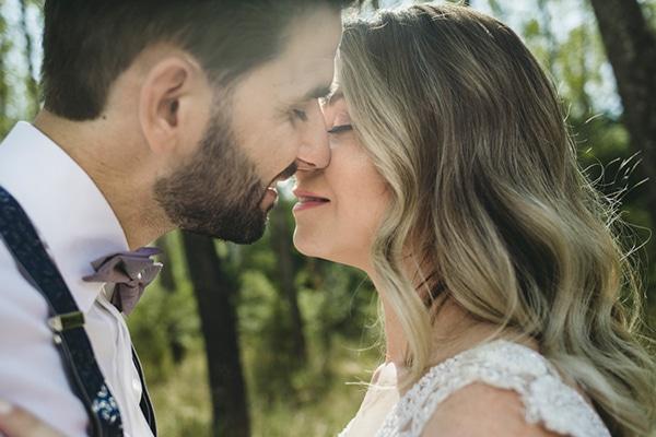 romantic-wedding-flowers-soft-hues-wooden-details_02