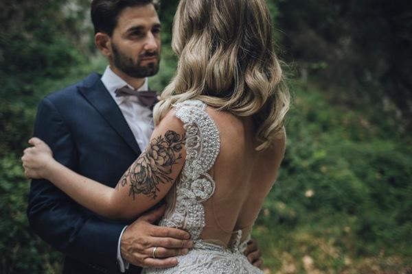 romantic-wedding-flowers-soft-hues-wooden-details_03