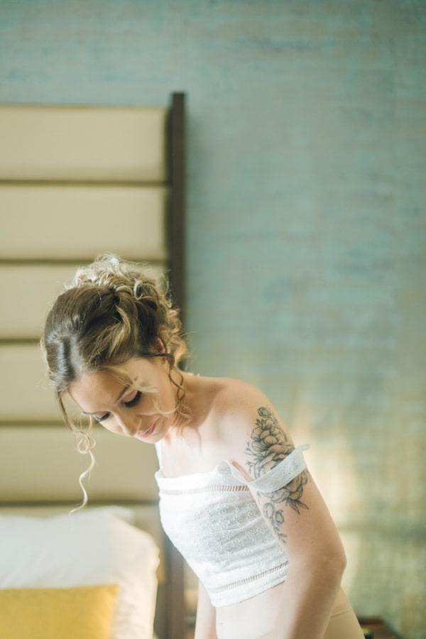 romantic-wedding-flowers-soft-hues-wooden-details_07