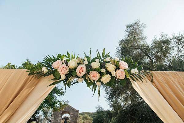 romantic-wedding-flowers-soft-hues-wooden-details_10