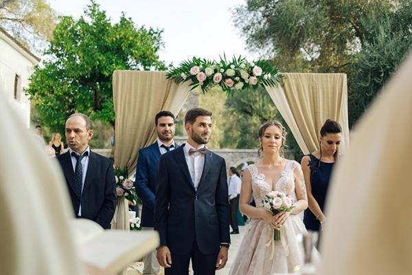 romantic-wedding-flowers-soft-hues-wooden-details_13