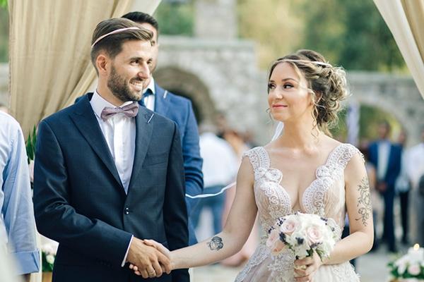 romantic-wedding-flowers-soft-hues-wooden-details_14