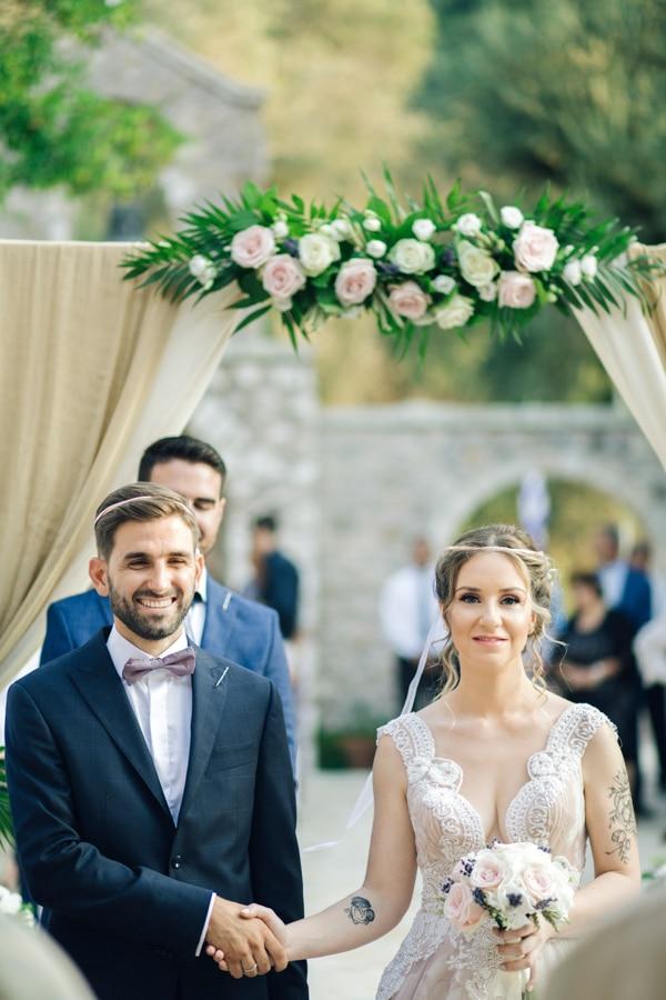 romantic-wedding-flowers-soft-hues-wooden-details_15