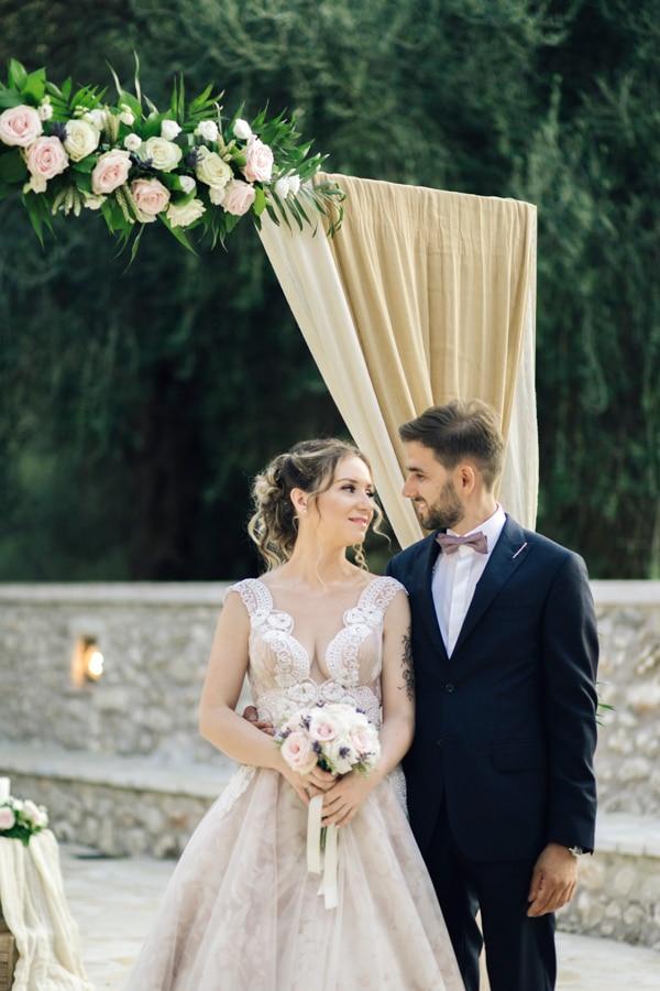 romantic-wedding-flowers-soft-hues-wooden-details_17