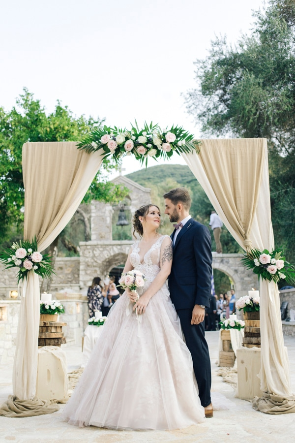 romantic-wedding-flowers-soft-hues-wooden-details_21