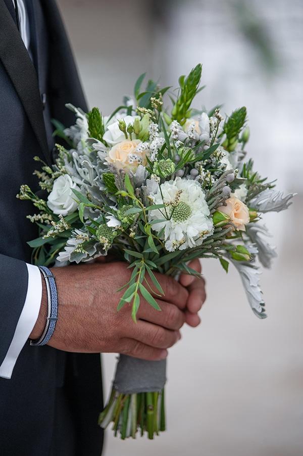 Μοναδικη νυφικη ανθοδεσμη με λουλουδια και πρασιναδα.