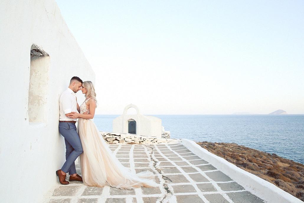 Όμορφος φθινοπωρινός γάμος στην Κύθνο με φόντο το γαλάζιο της θάλασσας   Εμμανουέλα & Στέφανος