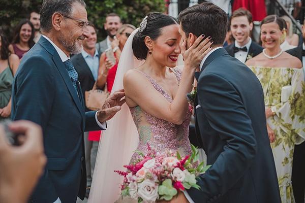 Ολάνθιστος καλοκαιρινός γάμος σε φούξια και μπλε αποχρώσεις | Εύα & Χάρης