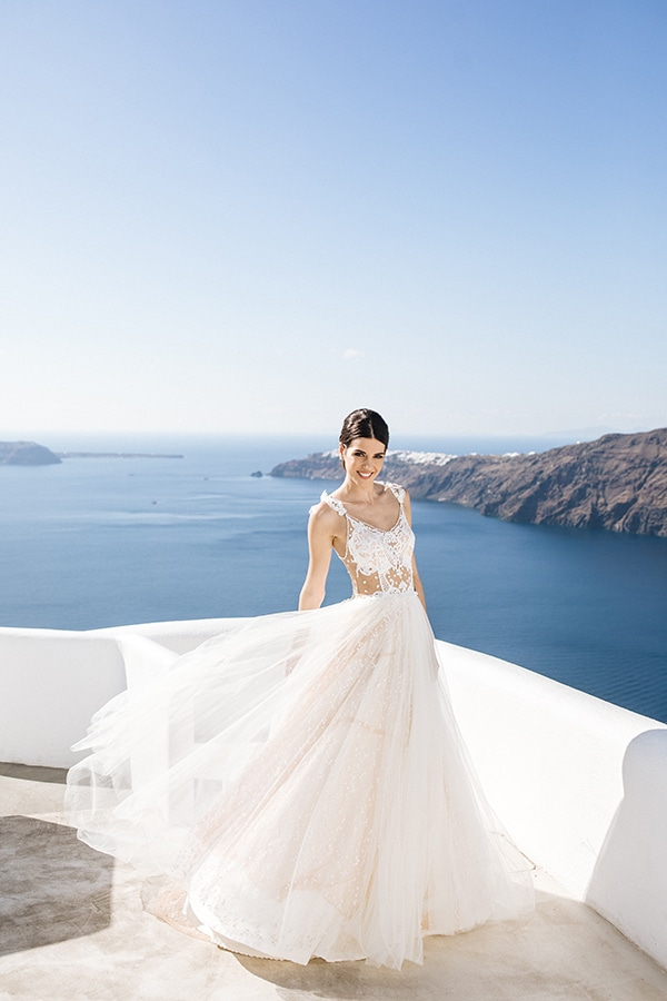 breathtaking-styled-shoot-board-magnificent-view-caldera-santorini-endless-blue-sea_01y