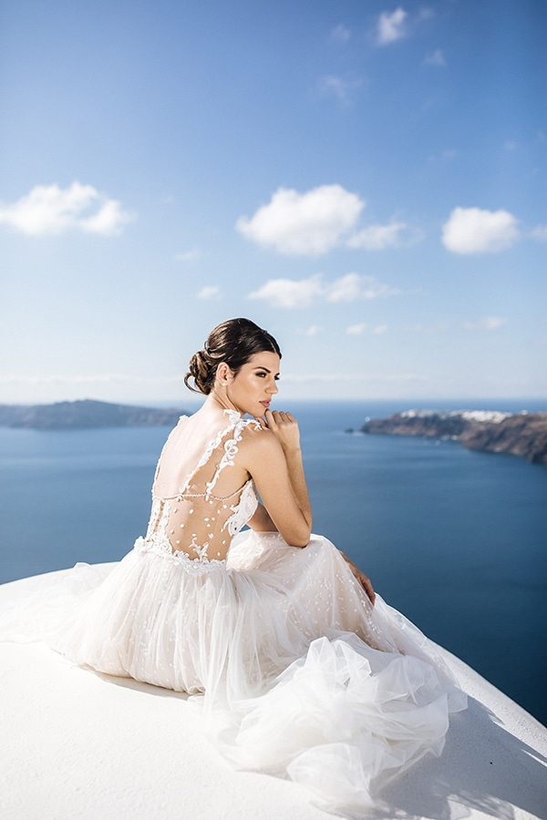 breathtaking-styled-shoot-board-magnificent-view-caldera-santorini-endless-blue-sea_06