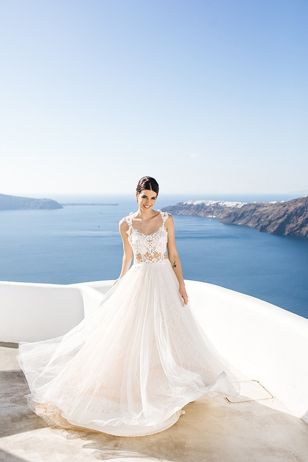 breathtaking-styled-shoot-board-magnificent-view-caldera-santorini-endless-blue-sea_06x