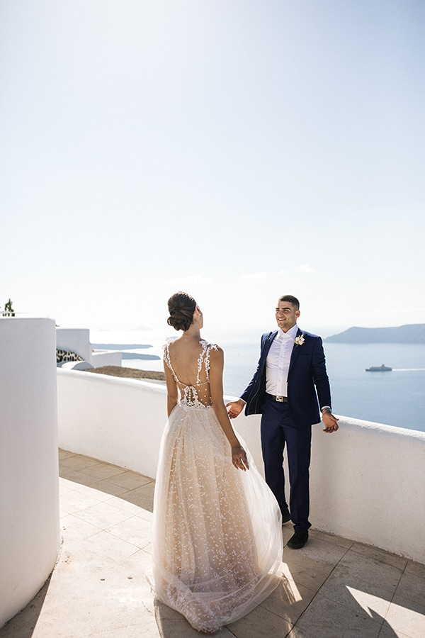 breathtaking-styled-shoot-board-magnificent-view-caldera-santorini-endless-blue-sea_09