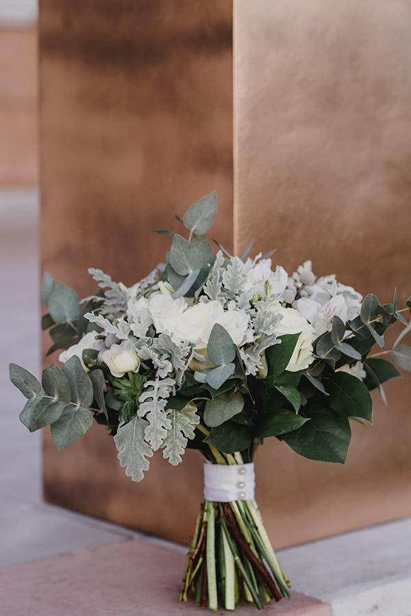 Υπέροχη νυφική ανθοδέσμη με λευκές αποχρώσεις και ευκάλυπτο