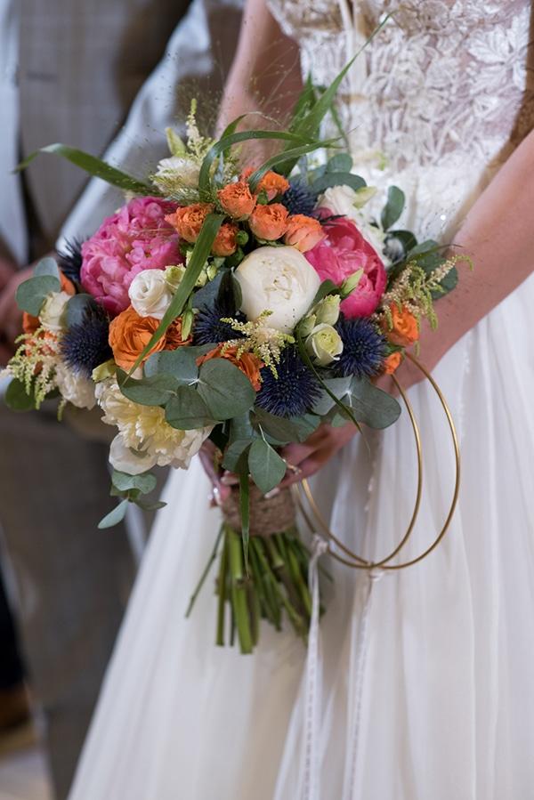 Νυφική ανθοδέσμη με πολύχρωμα λουλούδια