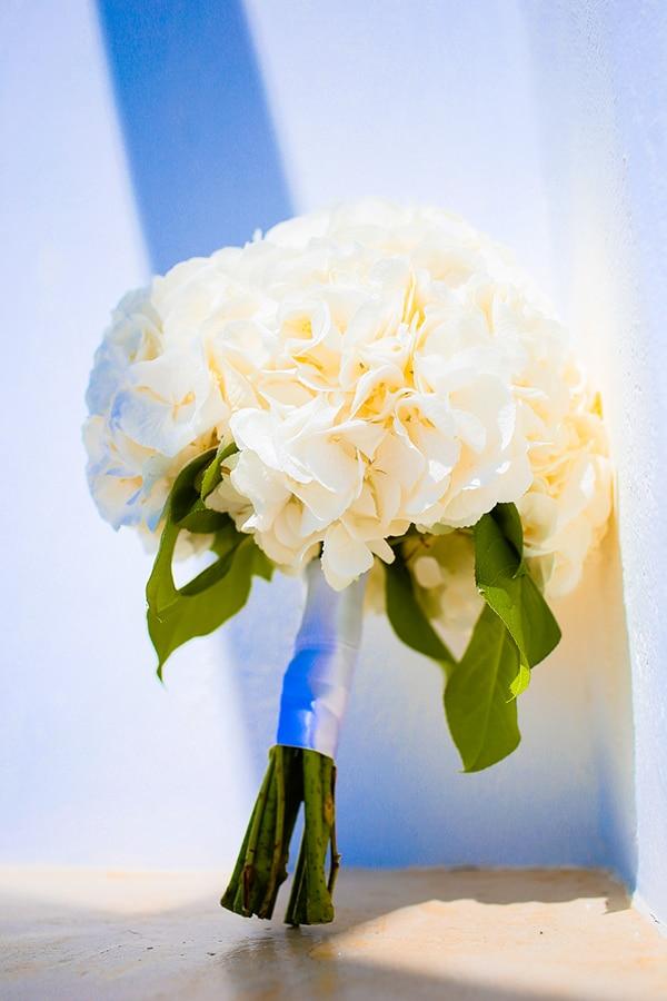 Πανέμορφη νυφική ανθοδέσμη με λευκά λουλούδια