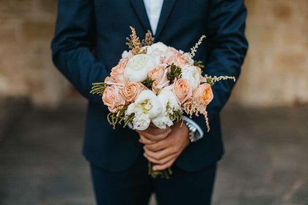 Ρομαντική νυφική ανθοδέσμη με τριαντάφυλλα και παιώνιες